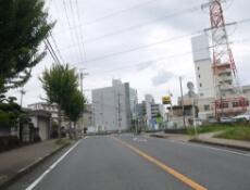 2.道なり進んでいただき、三郷駅西の交差点を左折します。